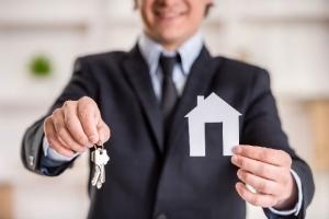 Как снять квартиру, чтобы не обманули? На что обратить внимание при поиске аренды, где можно снять жилье и каков порядок аренды квартиры по договору, а также, какие проблемы могут возникнуть с хозяином и как арендовать без комиссии?