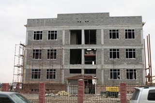Строительство коммерческой недвижимости: цены на пол для производственных помещений от застройщика на начальной стадии, строительство объектов из сэндвич-панелей, плитка и крыша для нежилых площадей, а также всё о долевом строительстве домов и их покрытии