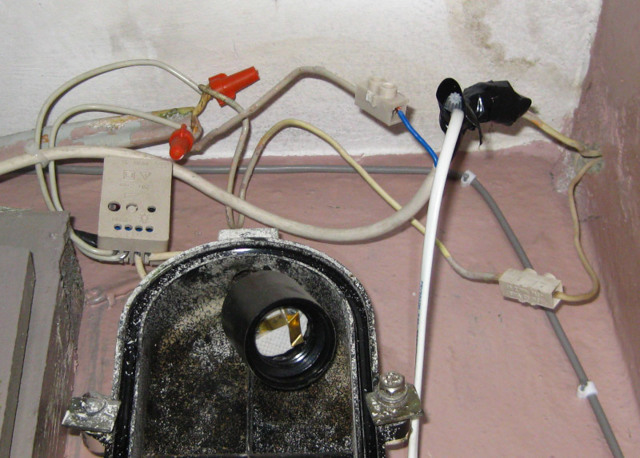 Освещение придомовой территории многоквартирного дома: нормы, кто отвечает, а также за чей счет осуществляется