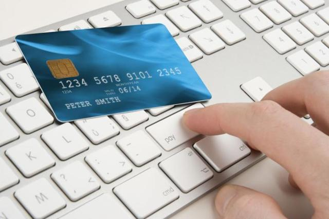 Как оплатить услуги ЖКХ через интернет банковской картой или кредитной, можно ли это сделать по лицевому счету и с использованием других платежных систем