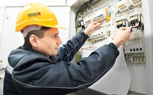 Должностная инструкция электрика ЖКХ: что включается в обязанности по работе электромонтера аварийной службы, электрогазосварщика, главного энергетика, а также скачать бесплатно электронную версию документа